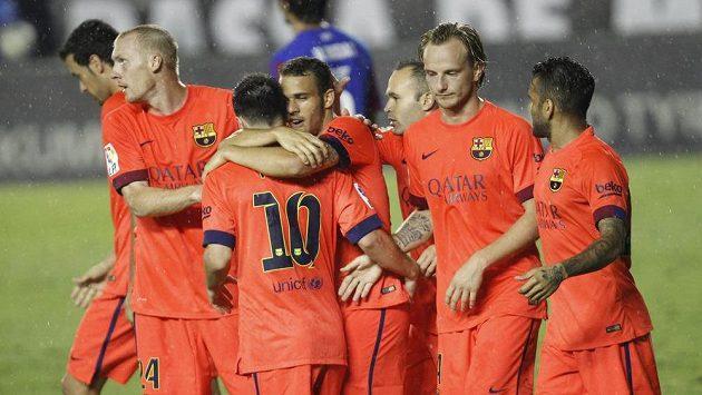 Fotbalisté Barcelony se radují z gólu v utkání proti Levante.