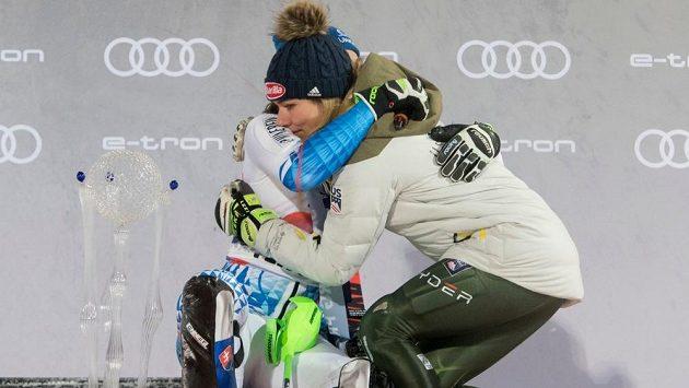 Petra Vlhová v objetí s Mikaelou Shiffrinovou.