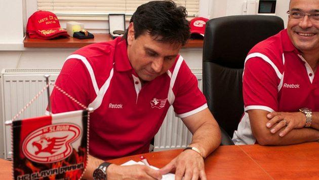 Trenér hokejistů Slavie Praha Vladimír Růžička podepisuje se sešívanými smlouvu na tři roky.