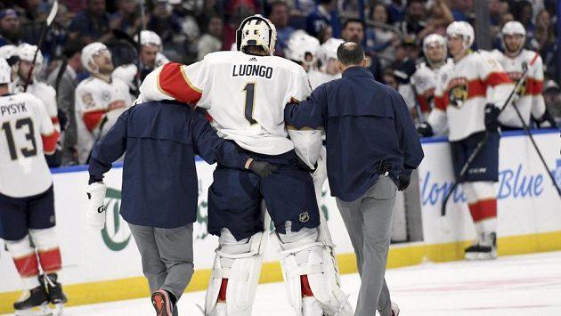 Roberto Luongo (1) z Floridy bude dva až čtyři týdny mimo hru se zraněným kolenem. Led opustil ve 33. minutě sobotního duelu Panthers na ledě Tampy Bay