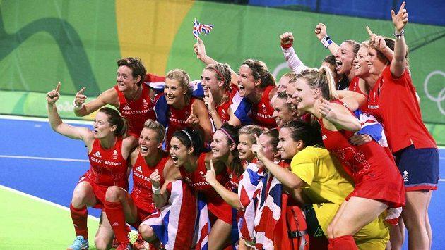 Pozemní hokejistky Velké Británie se radují z olympijského vítězství.