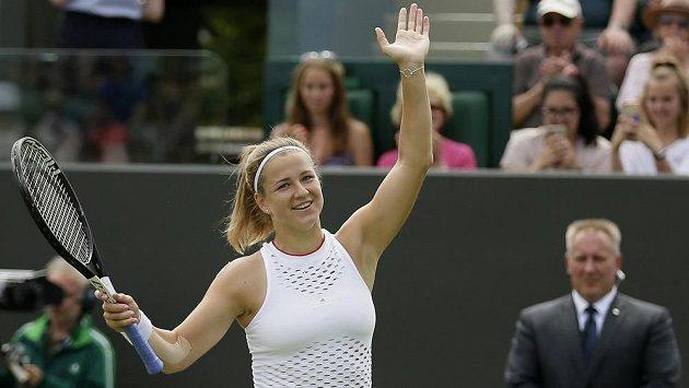 Karolína Muchová se raduje po výhře nad Estonkou Anett Kontaveitovou.