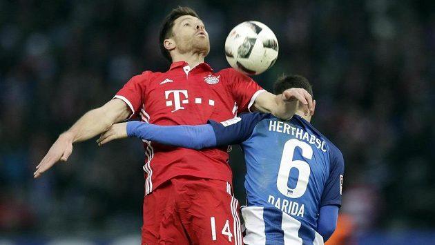 Xabi Alonso z Bayernu Mnichov (vlevo) v hlavičkovém souboji Vladimírem Daridou z Herthy Berlín.