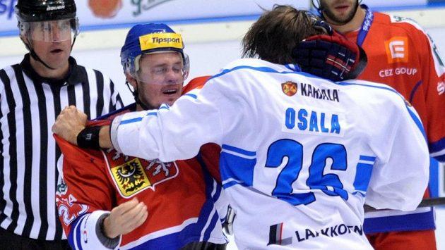 Finský hráč Oskar Osala (vpravo) při potyčce s Lukášem Krajíčkem.