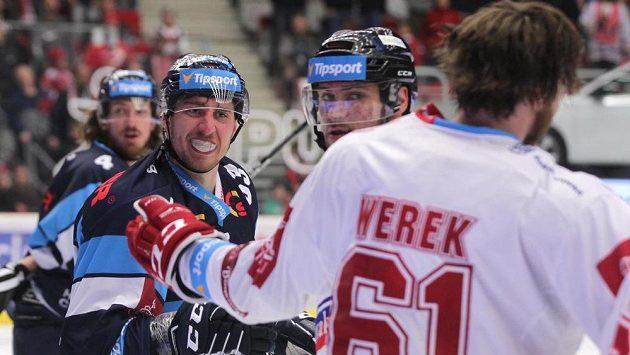 Zleva Jaroslav Vlach z Liberce a Ethan Werek z Třince. Oba byli vyloučeni v poslední minutě zápasu za hrubost.