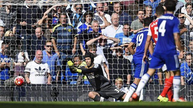 Gólman Arsenalu Petr Čech v akci při utkání proti Chelsea.