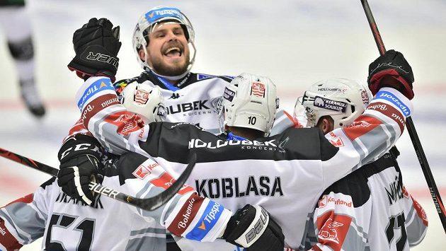 Radost hokejistů Karlových Varů z gólu proti Českým Budějovicím.