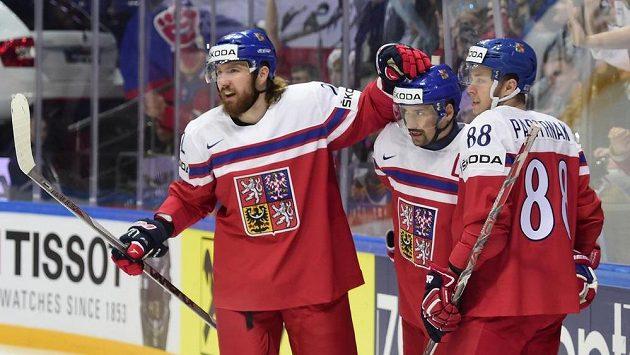 Čeští hokejisté Lukáš Kašpar (vlevo), Tomáš Plekanec (uprostřed) a David Pastrňák se radují z gólu proti Lotyšsku.