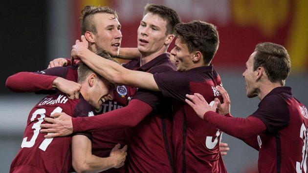 Daniel Turyna (druhý zleva) ze Sparty oslavuje se spoluhráči svůj gól během utkání semifinále MOL Cupu s Jabloncem.