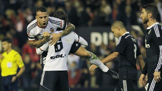 Nicolas Otamendi (nahoře) a Lucas Orban jásají, Valencie porazila Real Marid.