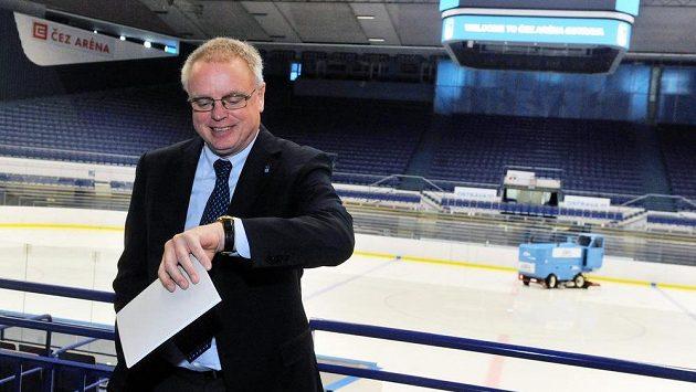 Generální sekretář mezinárodní hokejové federace (IIHF) Horst Lichtner při své inspekci v ostravské ČEZ aréně.