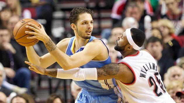 Basketbalista Mo Williams z Portlandu sahá po míči, který drží denverský Evan Fournier.