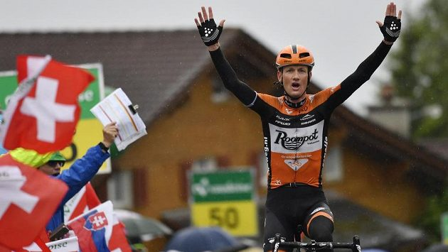 Nizozemec Pieter Weening v cíli čtvrteční etapy závodu Kolem Švýcarska.