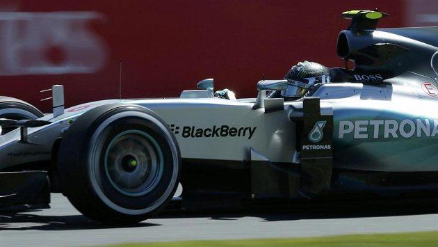 Němec Nico Rosberg s mercedesem při tréninku před australskou GP.