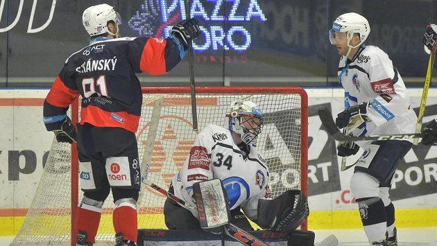 Ze vstřeleného gólu se raduje útočník Jan Stránský z Chomutova. Přihlížejí brankář Plzně Dominik Frodl a jeho spoluhráč Nick Jones.