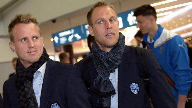 Fotbalisté David Limberský (vlevo) a Daniel Kolář před odletem Viktorie Plzeň z pražského letiště.