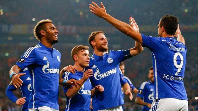 Franco di Santo (9) oslavuje se spoluhráči ze Schalke gól do sítě Sparty. V Německém poháru tým z Gelsenkirchenu skončil.