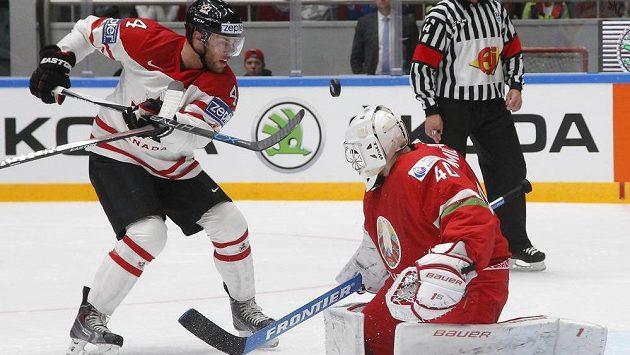 Kanaďan Taylor Hall (vlevo) se pokouší překonat běloruského brankáře Dmitrije Milčakova.