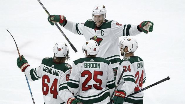 Hokejisté Minnsoty Jonas Brodin (25), Mikael Granlund (64), Matt Dumba (24) a Mikko Koivu slaví gól proti Chicagu.