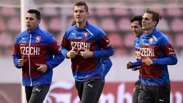 Fotbalisté (zleva): Marek Suchý, Tomáš Necid a Bořek Dočkal na tréninku české fotbalové reprezentace před zápasem kvalifikace ME 2016 s Islandem.
