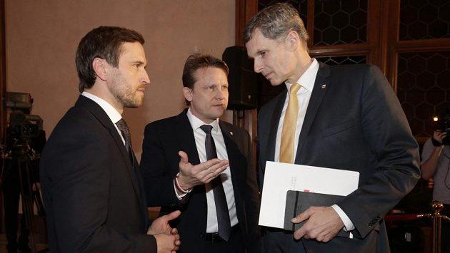 Jiří Kejval (vpravo) řeší přípravy na OH se sportovním ředitelem Martinem Doktorem a generálním sekretářem ČOV Petrem Graclíkem (vlevo).