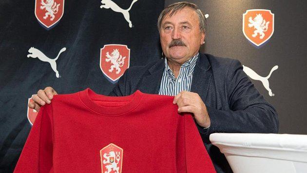 Fotbalová legenda Antonín Panenka s dresem z ME v Bělehradu 1976 během představení nového oblečení reprezentace.