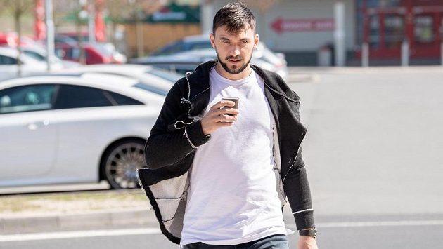 Jakub Kovář přichází na sraz hokejové reprezentace.