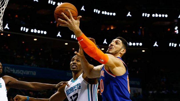 Enes Kanter (vpravo) z New York Knicks při utkání s Charlotte Hornets.