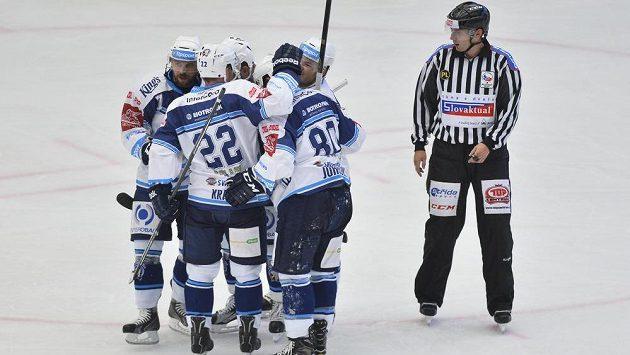 Plzeňští hráči se radují z gólu - ilustrační foto.