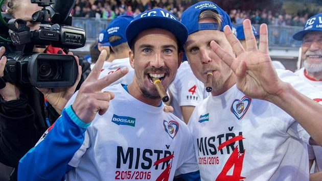 Fotbalisté Viktorie Plzeň Milan Petržela (vlevo) a David Limberský oslavují loňský zisk titulu. Teď se jejich trůn ovšem třese...