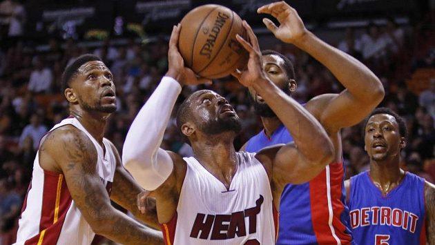 Dwyane Wade z Miami střílí na koš v utkání proti Detroitu.