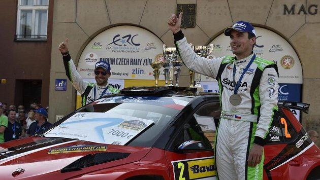 Jan Kopecký (vpravo) a Pavel Dresler se radují z vítězství v Barum rallye 2016.