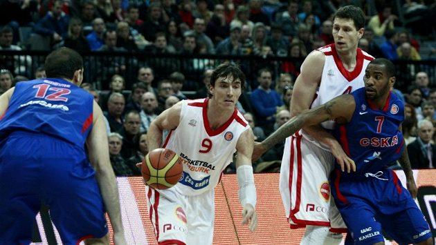 Nymburský basketbalista Jiří Welsch (uprostřed) během zápasu s moskevským CSKA.