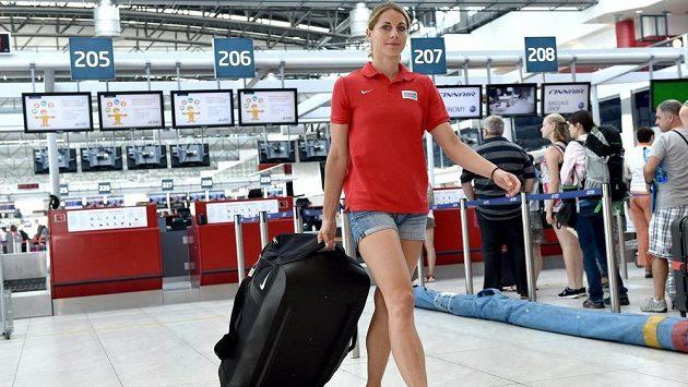 Vícebojařka Eliška Klučinová před odletem do Pekingu.