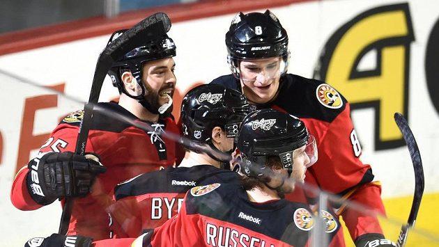 Hokejisté Calgary se radují z gólu proti Winnipegu