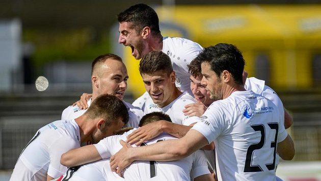 Hráči Hradce Králové oslavují postupový gól.