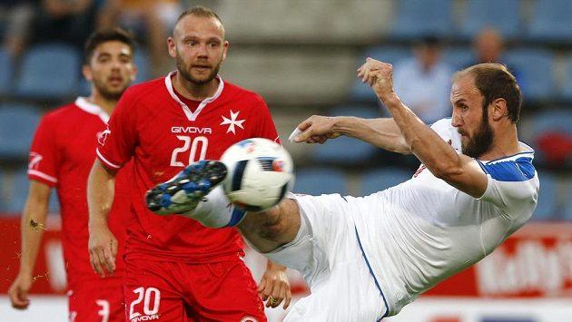 Roman Hubník střílí třetí gól českého týmu v přípravném utkání s Maltou.