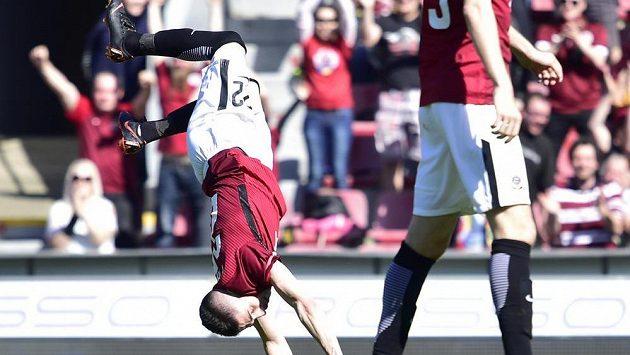Autor druhého gólu Sparty Srdjan Plavšič oslavuje svou trefu akrobaticky.