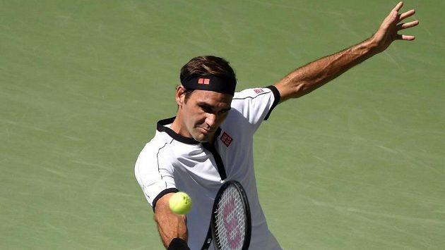 Švýcar Roger Federer při utkání s Danielem Evansem.