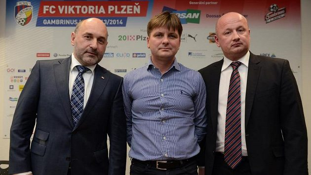 Kouč Dušan Uhrin mladší (uprostřed), majitel plzeňského klubu Tomáš Paclík (vlevo) a generální ředitel Viktorie Adolf Šádek.
