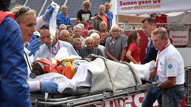 Cyklista Zdeněk Štybar v péči lékařů po těžkém pádu na závodě Eneco Tour.
