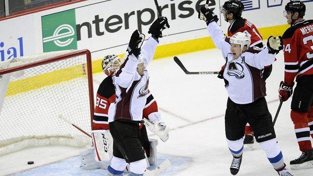 Hokejisté Colorada P.A. Parenteau (vlevo) a Cody McLeod (55) se radují z výhry na ledě New Jersey Devils.