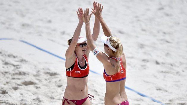 České beachvolejbalistky Kristýna Kolocová (vlevo) a Markéta Sluková prohrály na MS prohrály s italským párem.