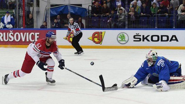 Český reprezentant Michal Řepík a brankář Kazachstánu Vitalij Kolesnik na nedávném MS.