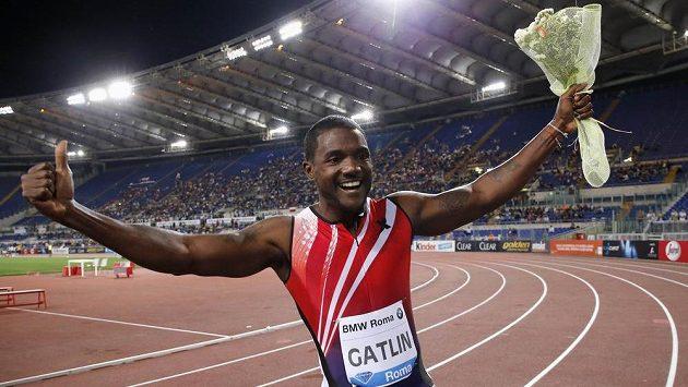Americký sprinter Justin Gatlin slaví vítězství v závodě na 100 metrů na mítinku Diamantové ligy v Římě.