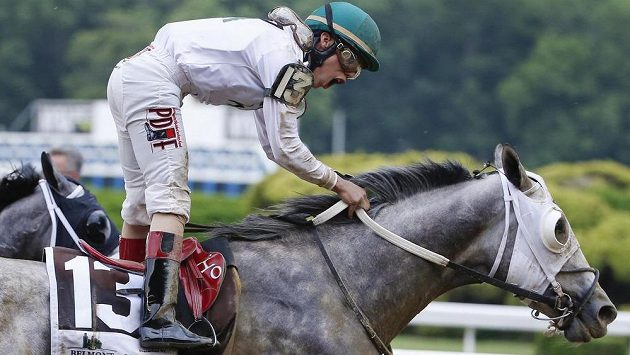 Žokej Irad Ortiz v sedle běláka Creatora vyhrál dostih Belmont Stakes.