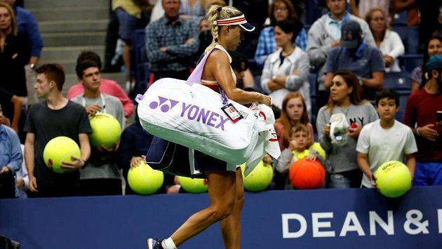 Angelique Kerberová odchází po prohraném zápase do šatny.