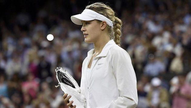 Eugenie Bouchardová s trofejí pro poraženou finalistku Wimbledonu.