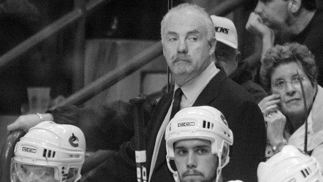 Jack McIlhargey na snímku z roku 2003, kdy působil jako asistent trenéra u Vancouveru Canucks.