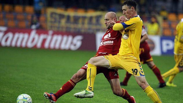 Obránce Dukly Jan Vorel (vlevo) a jihlavský útočník Arnold Šimonek v utkání 26. kola Gambrinus ligy.